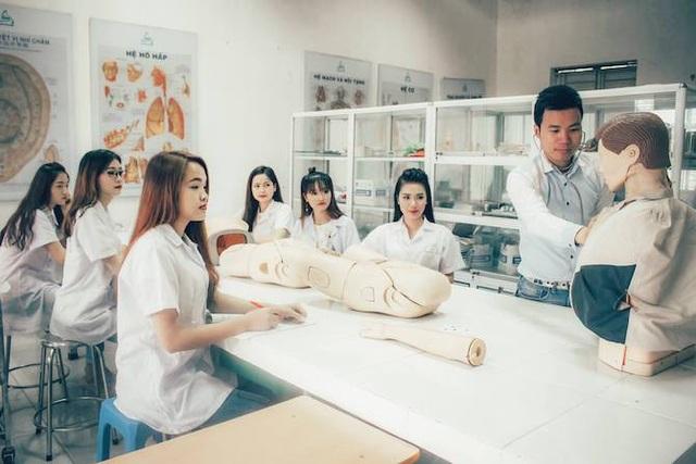 Các sinh viên thực hành ngành điều dưỡng.