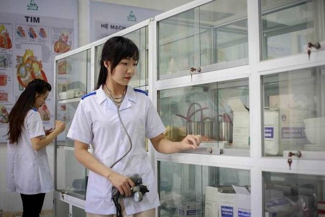 Sinh viên Dược thực hành tại nhà thuốc.