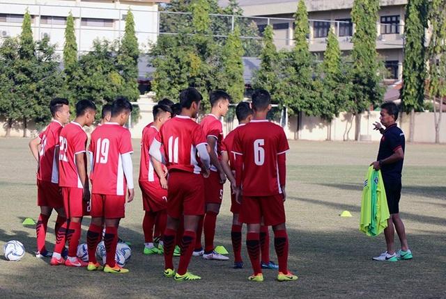 HLV Hoàng Anh Tuấn chỉ đạo các học trò trong buổi tập