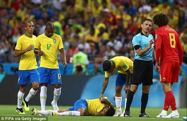 Tại trận đấu với đội tuyển Bỉ, Neymar cũng không ít lần ngã xuống nhằm kiếm về cho đội nhà một tình huống có lợi. Tuy nhiên trọng tài đã rất tỉnh táo trước cầu thủ ăn vạ có tiếng này.