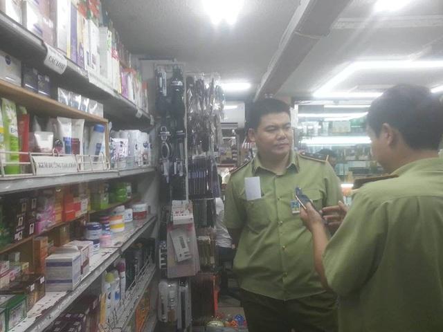 QLTT đang kiểm tra tại cơ sở bán mỹ phẩm tại quận Hoàn Kiếm