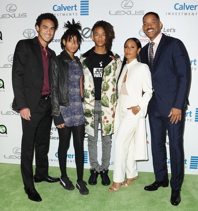 Will Smith bên vợ và ba người con, trong đó, Trey (ngoài cùng bên trái) là người con riêng của anh từ cuộc hôn nhân đầu.
