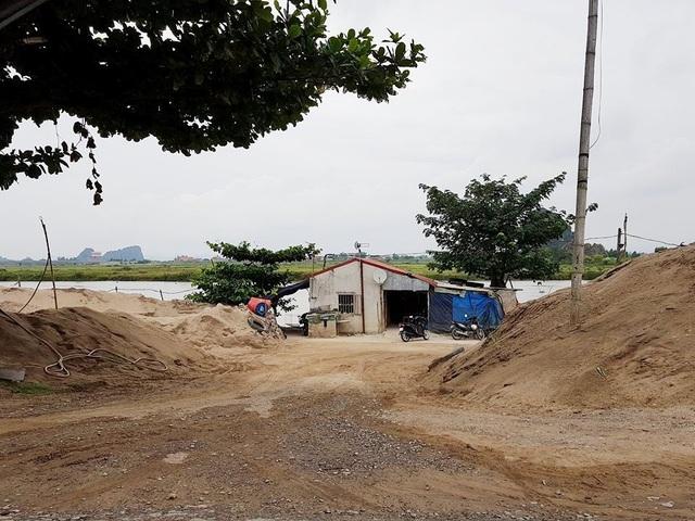 Một bãi cát lậu ngang nhiên hoạt động dọc đê hữu sông Hoàng Long trên địa bàn xã Trường Yên, huyện Hoa Lư.