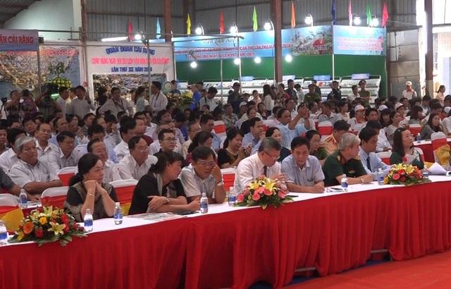 Các đại biểu tham gia ngày hội du lịch chợ nổi
