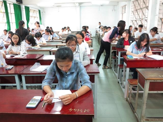 Ghi nhận tại các phòng thi, dù trải qua kỳ thi THPT quốc gia nhưng vẫn đông đủ thí sinh có mặt thử năng lực để tranh suất vào ĐH Quôc gia