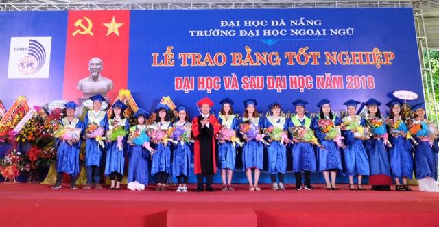 Lễ trao bằng tốt nghiệp đại học và sau đại học của ĐH Ngoại ngữ Đà Nẵng vừa diễn ra ngày 7/7