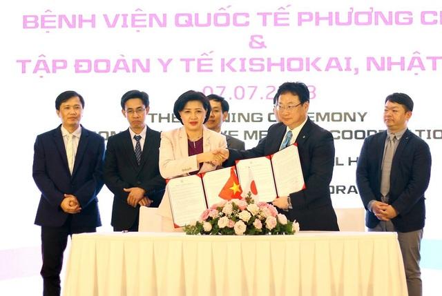 Bác sĩ Nguyễn Thị Ngọc Hồ - Giám đốc BV Phương Châu và ông Mamoru Yamasita, Tổng giám đốc Tập đoàn Y tế Kishokai tại buổi lễ ký kết