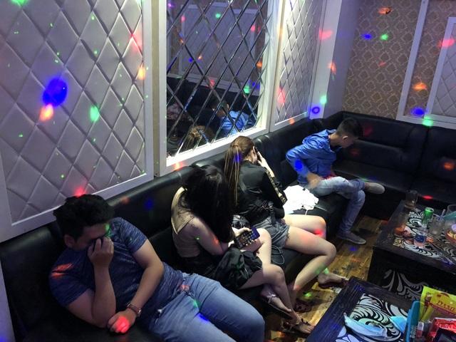 Những nam nữ có biểu hiện sử dụng ma tuý trong các phòng karaoke