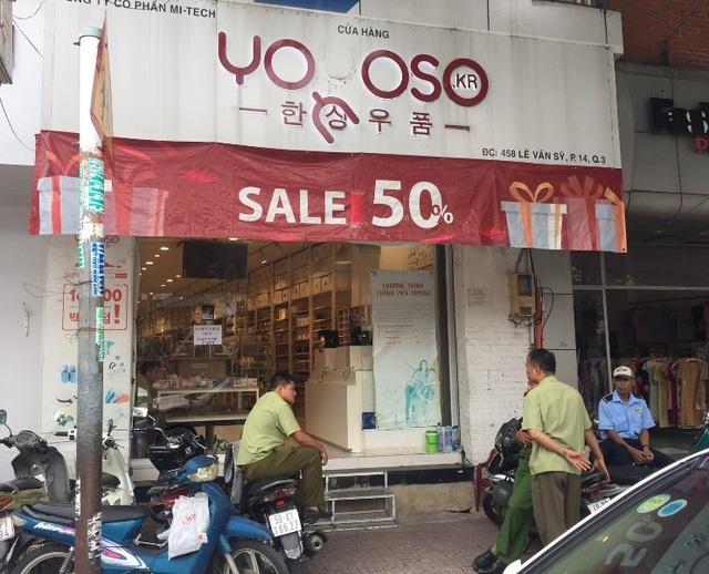 Cửa hàng Yoyoso trên đường Lê Văn Sỹ được thiết kế với bảng hiệu, băng rôn lớn có chữ Hàn Quốc. Quản lý thị trường phát hiện nhiều sản phẩm không ghi rõ nguồn gốc xuất xứ trên tem nhãn phụ.