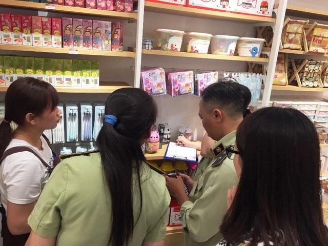 Lực lượng chức năng kiểm đếm hàng hóa tại các các cơ sở kinh doanh.