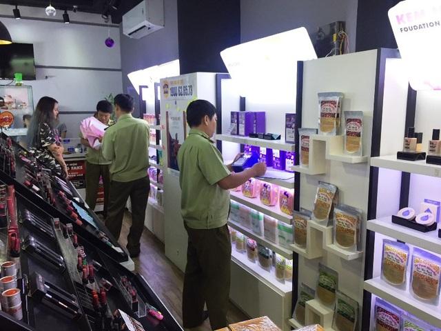 Quản lý thị trường kiểm tra tại cửa hàng kinh doanh mỹ phẩm tên Koala trên đường Trần Nhân Tôn (quận 10). Tại đây có gần 600 đơn vị sản phẩm không có hóa đơn chứng từ.