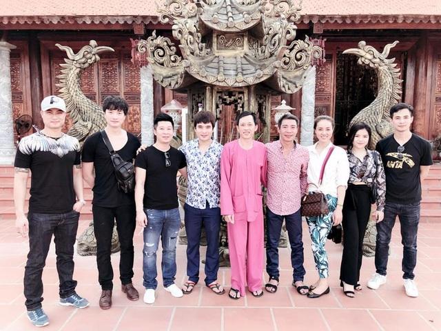 Nghệ sĩ Công Lý trong một lần đưa bạn gái đi thăm nhà thờ tổ của danh hài Hoài Linh.