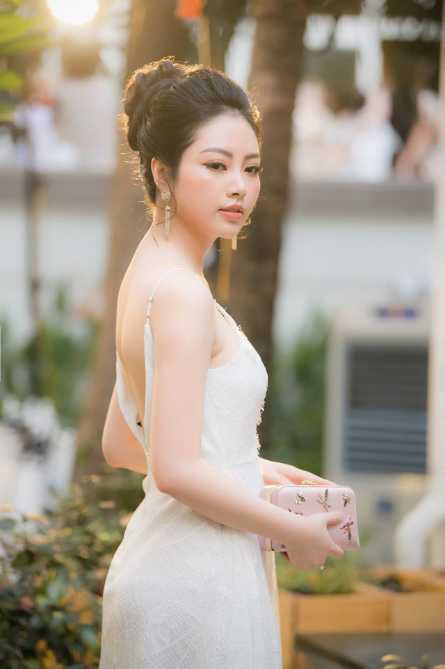 Hoa hậu các dân tộc Việt Nam Ngọc Anh xinh đẹp và lộng lẫy với thiết kế bó sát đầy cuốn hút.