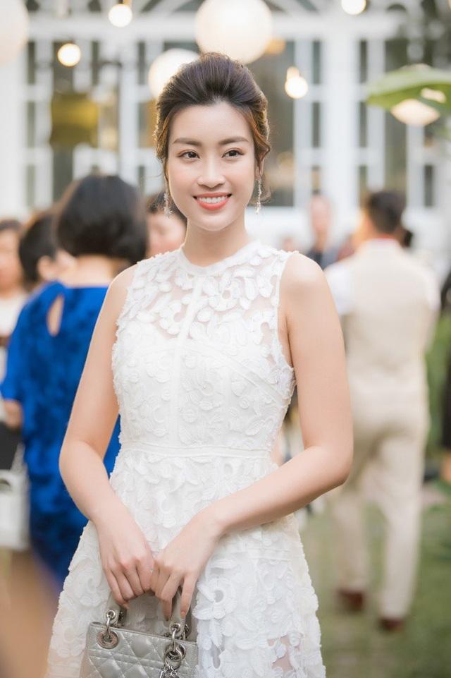 Hoa hậu Việt Nam 2016 Đỗ My Linh diện chiếc đầm trắng muốt.