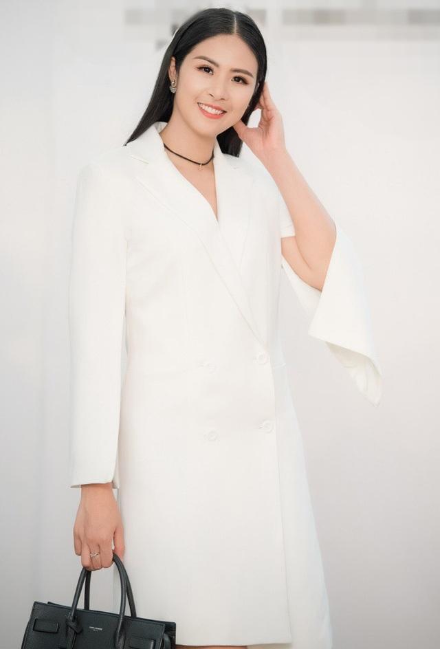 Hoa hậu Ngọc Hân thanh thoát với váy giả vest.