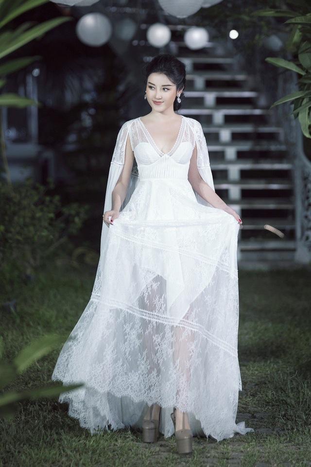 Trong vai trò người mẫu trình diễn vị trí vedette, Á hậu Huyền My bước từng bước nhẹ nhàng thanh thoát như nàng thơ trong khu vườn mùa hè.