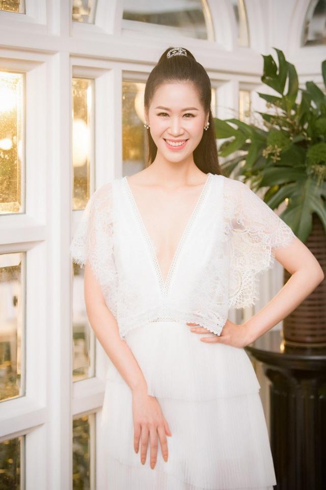 Tân Hoa hậu Phụ nữ toàn thế giới 2018 Dương Thùy Linh cũng khoe thềm ngực gợi cảm ở tuổi 35.