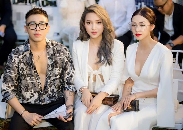 Hot girl Châu Bùi và hot girl Salim cũng diện những thiết kế khoét sâu, khoe vòng 1 căng tròn, thanh tân khó rời mắt.
