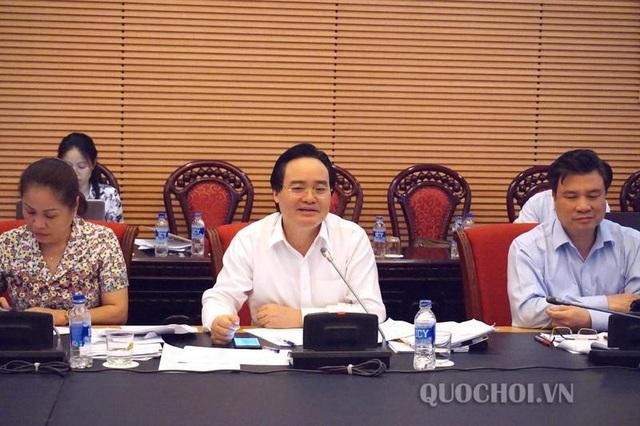 Bộ trưởng Bộ Giáo dục vàĐào tạo Phùng Xuân Nhạ phát biểu tại phiên họp