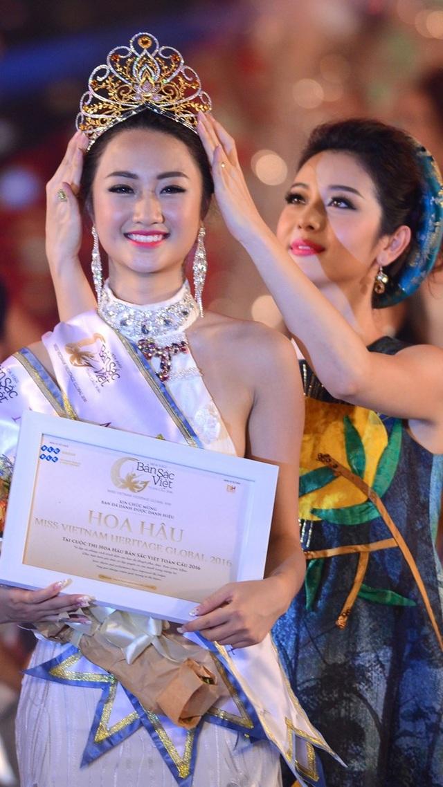 Đương kim hoa hậu Thu Ngân được hoa hậu Jennifer Phạm đội vương miện lúc đăng quang