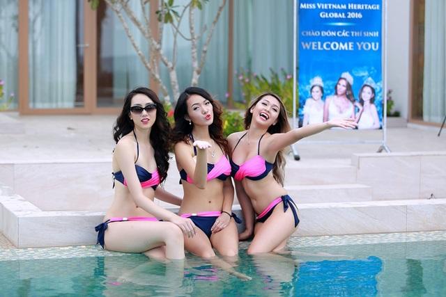 Các thí sinh Miss Vietnam Heritage Global 2016 vui đùa ở bể bơi bốn mùa