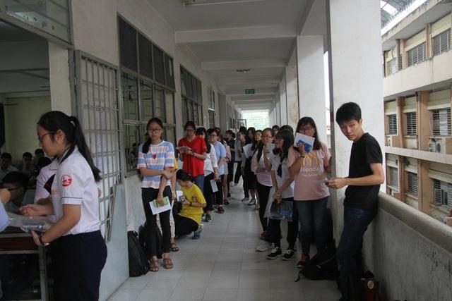 Đồng thí sinh có mặt trước phòng thi làm thủ tục