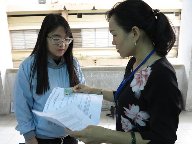 Như kỳ thi THPT quốc gia, giám thị cũng kiểm tra hồ sơ thí sinh trước khi vào phòng