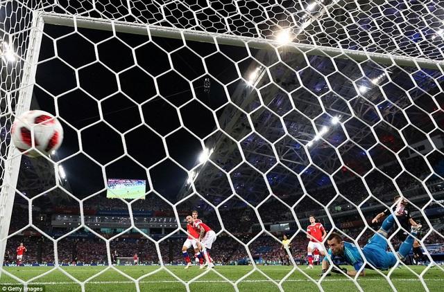 Thủ thành Akinfeev bất lực trong việc ngăn cản bàn thua