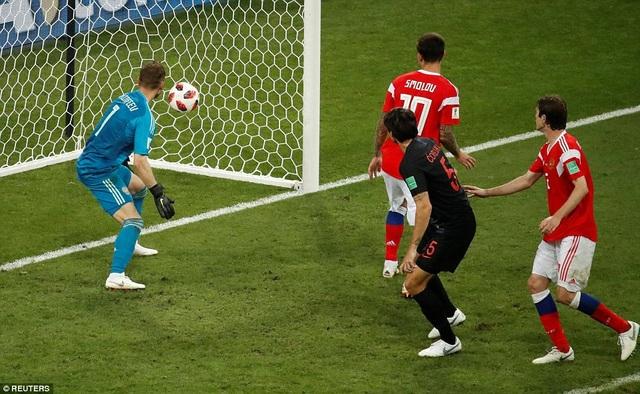 Thủ thành Igor Akinfeev bất lực nhìn đội nhà thủng lưới