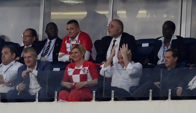 Bà Grabar-Kitarovic xuất hiện trên khán đài sân Fisht Olympic để cổ vũ đội tuyển quốc gia