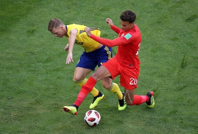 Alli (phải) tranh bóng với tuyển thủ Thụy Điển, cả hai đội bóng đều chơi chậm chắc trong những phút đầu tiên