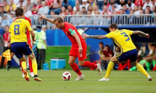 Kane (giữa) trong vòng vây của các cầu thủ Thụy Điển, tiền đạo đội trưởng Tam sư đang dẫn đầu danh sách ghi bàn với sáu bàn thắng