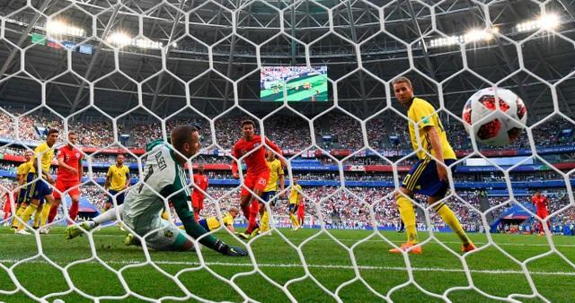 Bóng đi khá nhanh vào cầu môn khiến thủ thành Olsen không thể cản phá, tuyển Anh đã vượt lên dẫn trước 1-0