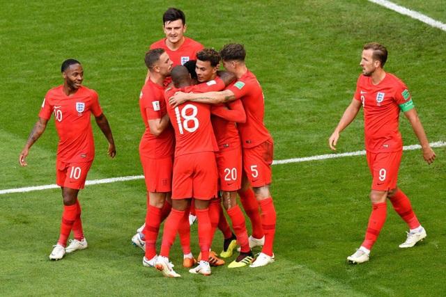 Các cầu thủ Anh chia vui với Alli, tiền vệ số 20 của Tam sư cũng có bàn thắng đầu tiên ở World Cup