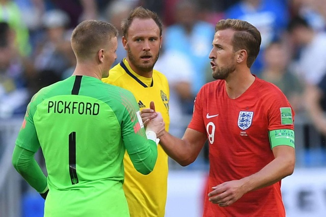 Kane chia vui với Pickford sau trận đấu