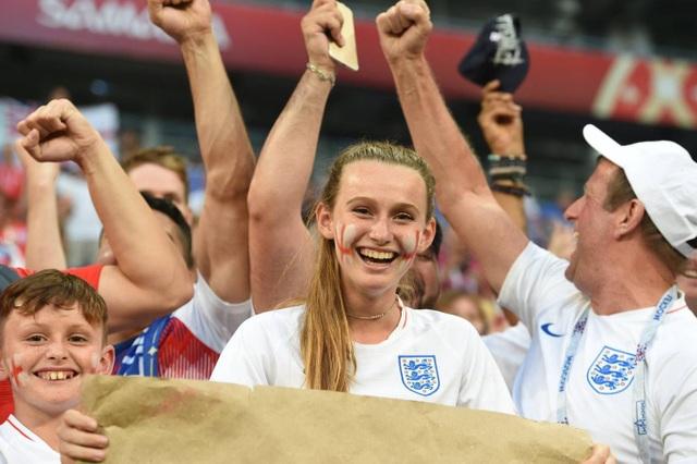 Các cổ động viên tuyển Anh hạnh phúc với chiến thắng của đội nhà