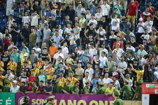 Nhiều sự cố trên khán đài xảy ra ở vòng 18 V-League - Ảnh: Gia Hưng