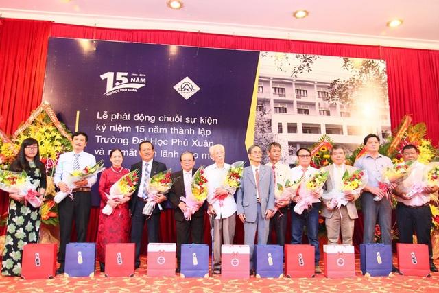 Vinh danh các thầy cô có công đóng góp cho sự phát triển của trường