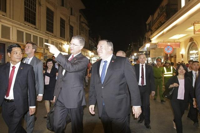 Ngoại trưởng Mỹ Mike Pompeo và Đại sứ Mỹ tại Việt Nam Daniel Kritenbrink di dạo trên phố Tràng Tiền, Hà Nội tối ngày 8/7.