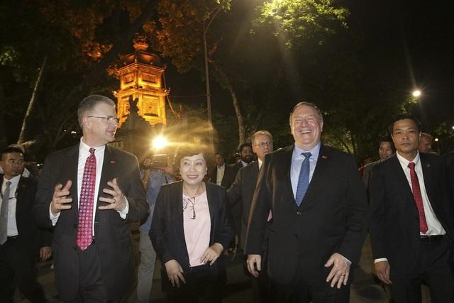 Ngoại trưởng Mỹ cũng chụp ảnh lưu niệm tại chân tháp Hoà Phong bên Hồ Gươm.