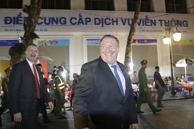 Nhà ngoại giao Mỹ hào hứng khám phá tuyến phố đi bộ của Hà Nội.