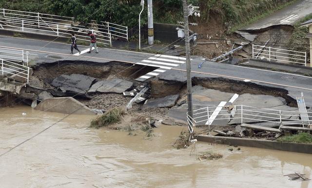 """""""Các nỗ lực cứu hộ đang chạy đua với thời gian. Lực lượng cứu hộ đang làm hết khả năng của họ"""", Thủ tướng Nhật Bản Shinzo Abe phát biểu tại một trung tâm cứu trợ khẩn cấp do chính phủ lập ra ngày 8/7."""