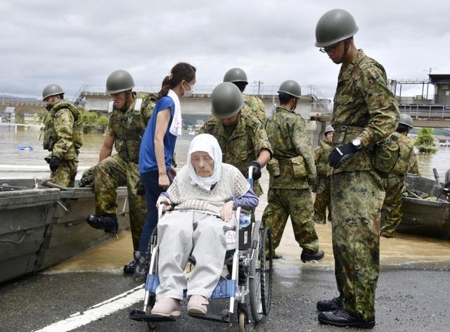 Chánh Văn phòng Nội các Nhật Bản Yoshihide Suga cho biết 54.000 nhân sự từ lực lượng cảnh sát, cứu hỏa, lực lượng phòng vệ và tuần duyên Nhật Bản, đã được huy động để tham gia công tác cứu hộ.