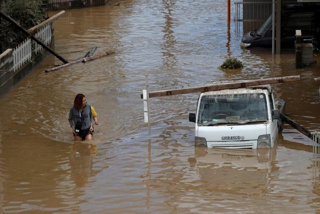 Người dân ở nhiều nơi đã trèo lên mái nhà, ban công vẫy tay để báo hiệu cho lực lượng cứu hộ. Nhiều người cũng đăng thông tin lên mạng xã hội để nhờ giúp đỡ.