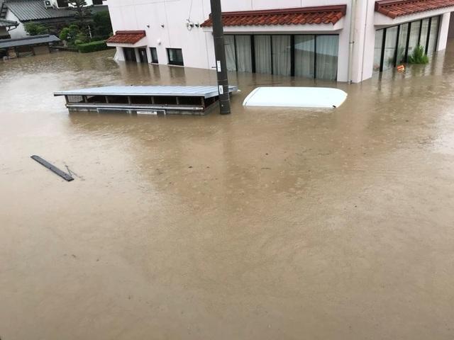 Nhiều người bị mắc kẹt không thể ra khỏi nhà do hệ thống đường sá bị ngập lụt và nước dâng cao, thậm chí nhiều gia đình phải trèo lên mái nhà chờ giải cứu.