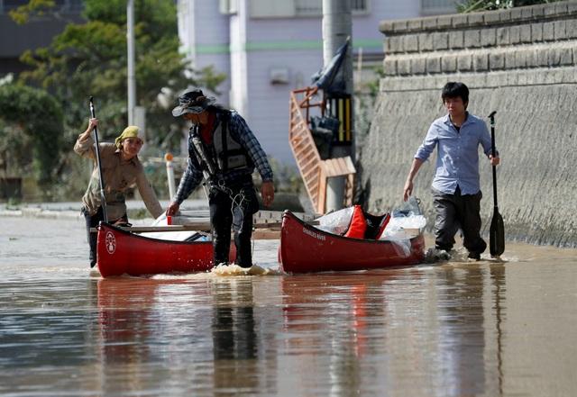 Các lực lượng cứu trợ khẩn cấp và binh sĩ sử dụng trực thăng và thuyền để giải cứu những người bị mắc kẹt hoặc chưa kịp sơ tán.