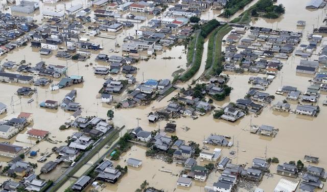 Tại tỉnh Okayama, một trong những khu vực bị thiệt hại nặng nề nhất, hơn 1.000 người ngồi trên các mái nhà bị ngập nước đã được giải cứu bằng thuyền và trực thăng.