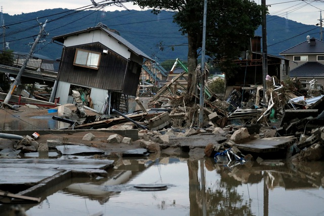 Thảm họa lần này được xem là cuộc khủng hoảng liên quan đến mưa lũ khủng khiếp nhất tại Nhật kể từ năm 2014 khi các trận sạt lở do mưa lớn ở Hiroshima đã giết chết 74 người.