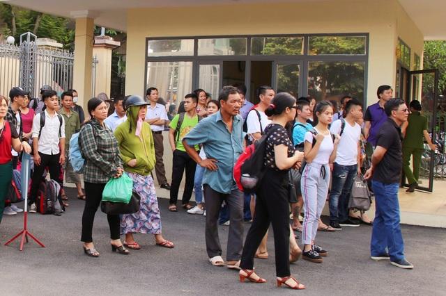 Phụ huynh ở nhiều tỉnh, thành phố đưa con lên Hà Nội dự thi chờ đón con ở cổng trường.
