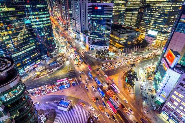 Nhắc đến Gangnam là người ta nghĩ đến một quận giàu có, với những tòa nhà hiện đại cùng các con phố mua sắm hàng hiệu hút chị em phụ nữ và giới nhà giàu.